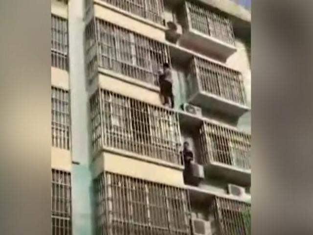 Hai người đàn ông tay không trèo lên tầng 4 chung cư giải cứu bé trai bị mắc kẹt