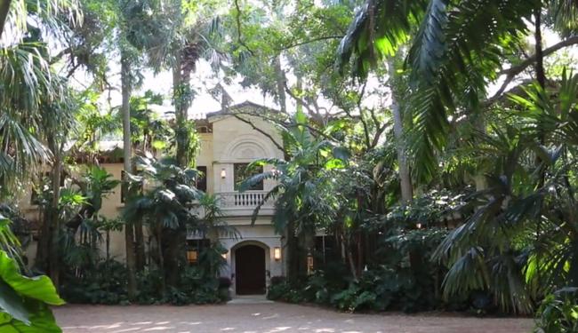 Khác sạn tại Manalapan, Hoa Kỳ - 195 triệu USD (khoảng 4.523 tỷ đồng). Sống trong khuôn viên dinh thự này bạn sẽ có cảm giác như sống giữa một khu rừng nhưng đầy đủ tiện nghi hiện đại gồm 9 tòa nhà, 2 sân gôn tư nhân, sân tennis và bãi biển riêng.