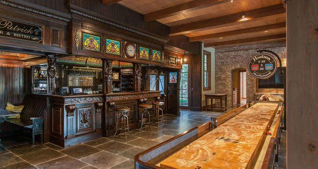 Điều mang lại sự khác biệt cho các ngôi nhà này là các quầy bar cá nhân trong mỗi ngôi nhà với các chi tiết được nhập khẩu từ Ireland.