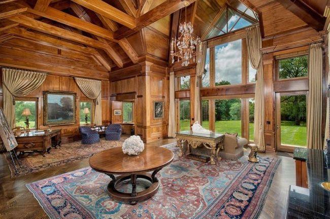 Ngôi nhà được xây dựng theo phong cách truyền thống Connecticut với những loại gỗ vô cùng đắt đỏ.