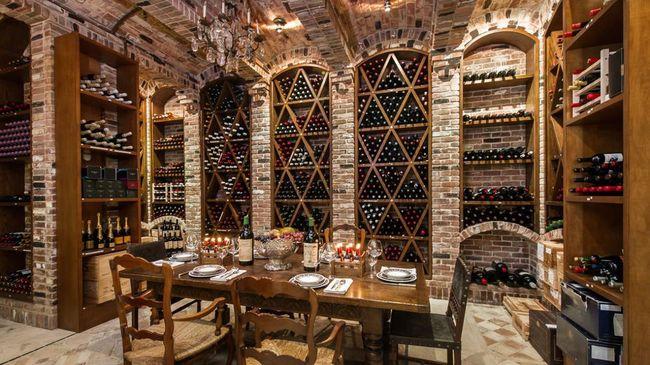 Đến đây, bạn sẽ được đắm mình trong thế giới rượu với hầm rượu chứa 3000 chai thuộc nhiều loại rượu khác nhau.