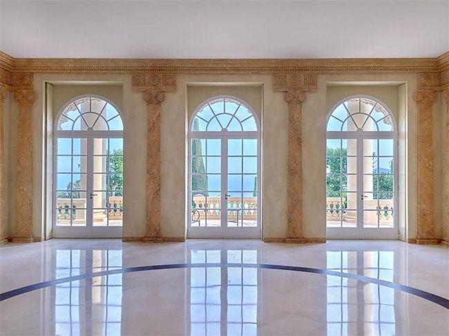 Đây là dịnh thự sở hữu diện tích lớn nhất dọc bờ biển Pháp với 13 phòng ngủ, 7 phòng tắm và nhiều phòng khiêu vũ sang trọng hướng ra biển Pháp thơ mộng.