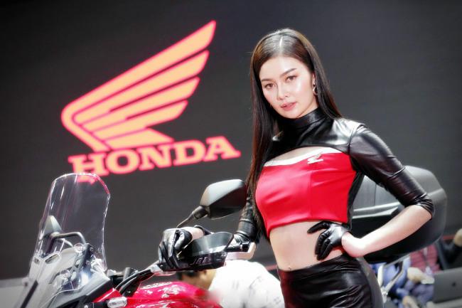 Người đẹp nóng bỏng bên xe mới của Honda.