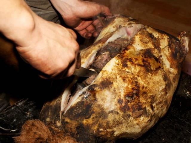 Tròn mắt trước món đặc sản Mông Cổ: Đá nóng nhồi bụng dê