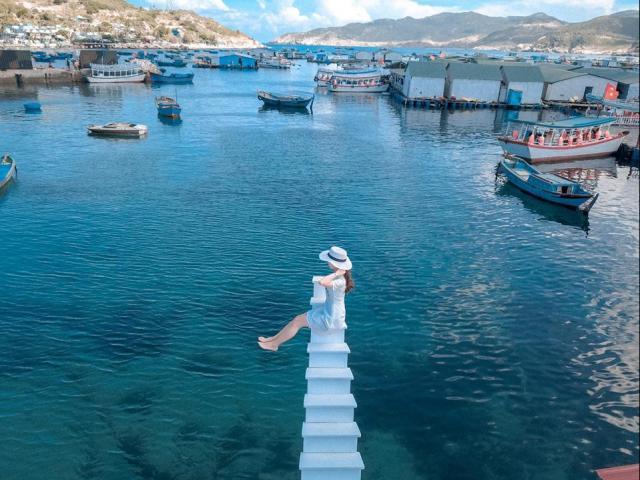"""Check-in """"nấc thang lên thiên đường"""" phiên bản giữa biển trên đảo Bình Hưng"""