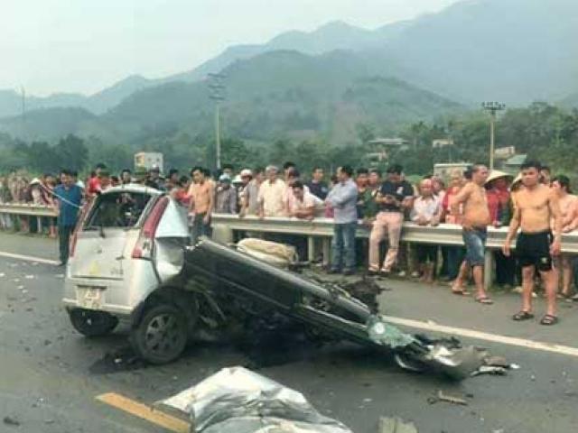 Va chạm kinh hoàng, ô tô nát bươm, xe tải lật ngửa