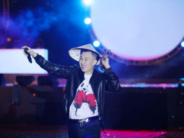 Hàng ngàn khán giả Phú Quốc cùng làm điều này cho em trai Hoài Linh trong đêm Giao thừa