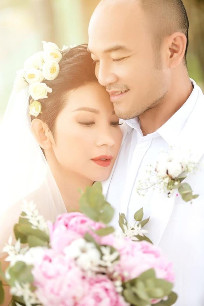 Đúng ngày 1/1, siêu mẫu Việt lên xe hoa lần 2, fan tò mò danh tính chú rể - 1