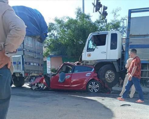 Clip: Kinh hoàng khoảnh khắc ô tô dừng đèn đỏ bị 2 xe tải kẹp nát bét - 1