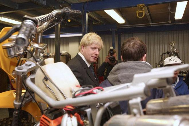 Thủ tướng Anh được bạn gái tặng xe máy cũ - 1