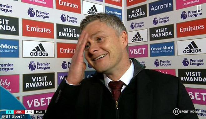 HLV Solskjaer vẫn cười tươi dù MU thua đau: Huyền thoại chỉ trích, fan quay lưng - 1