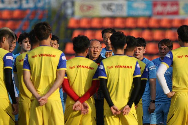 U23 Việt Nam tập ở Thái Lan: Thầy Park cười tươi sau cuộc nói chuyện với Hoàng Đức - 1