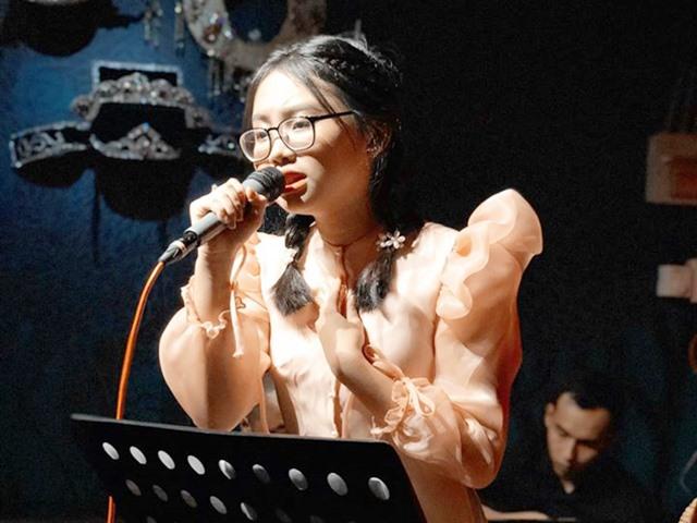 16 tuổi, Phương Mỹ Chi chuộng mặc áo dài, áo bà ba xuyên thấu