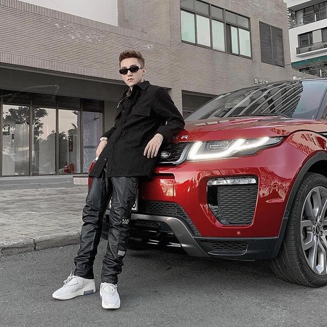 """Ngoài ca hát, Sơn Tùng còn có nhiều hợp đồng quảng cáo béo bở giúp anh hốt bạc. Bạn trai tin đồn Thiều Bảo Trâm hiện đang là đại sứ thương hiệu của nhãn hàng thời trang lớn, điện thoại di động, giày thể thao... Năm 2016, nam ca sĩ """"Chạy ngay đi"""" đã sắm cho mình một chiếc Range Rover Evoque màu đỏ có giá khoảng 2,7 tỷ."""