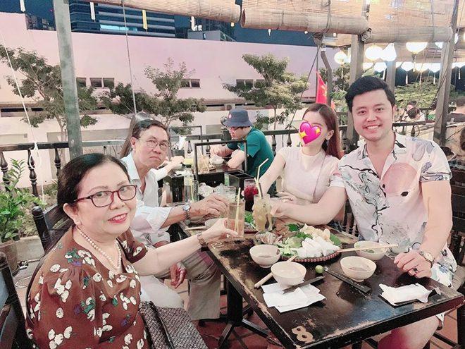 Chia tay nữ tỷ phú U60 hơn 32 tuổi, Vũ Hoàng Việt dẫn bạn gái sexy về ra mắt bố mẹ - 1