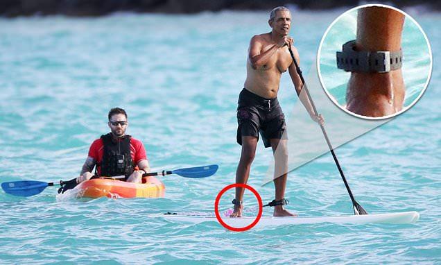 """Ông Obama cởi trần, đeo """"vật thể lạ"""" té ngã khi đang chèo thuyền nghỉ mát - 1"""