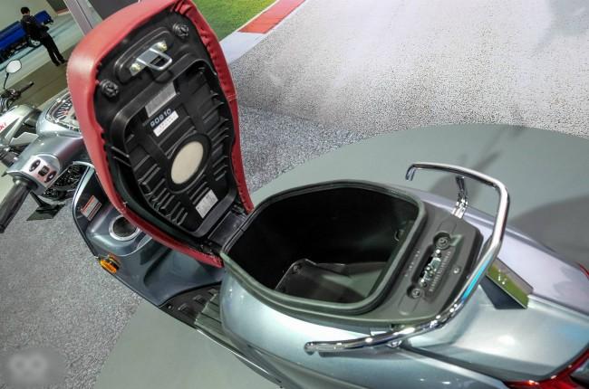 Cốp đựng đồ rất lớn dưới yên xe.