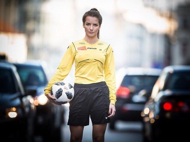 Nữ trọng tài quyến rũ bậc nhất thế giới, có nhan sắc khiến cầu thủ khó tập trung đá bóng