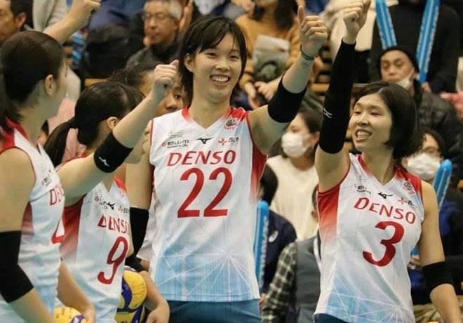 Thanh Thúy 1m93 tung hoành bóng chuyền nữ Nhật Bản: Bật cao ghi điểm liên tiếp - 1