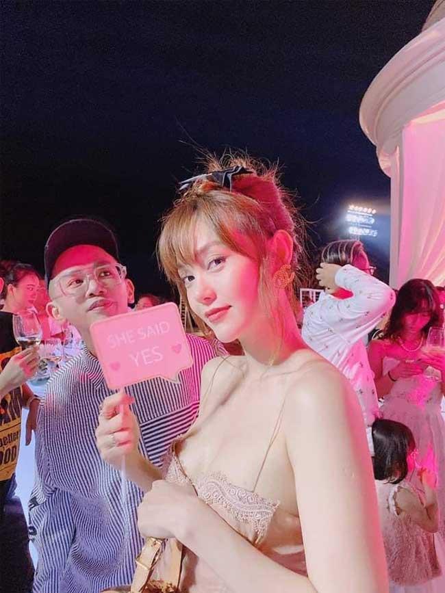 Không thể phủ nhận Minh Hằng vô cùng xinh đẹp, nhưng nhiều người cũng đặt ra câu hỏi, liệu việc ăn vận quá sexy khi dự tiệc cưới có phải sự lựa chọn hợp lý.