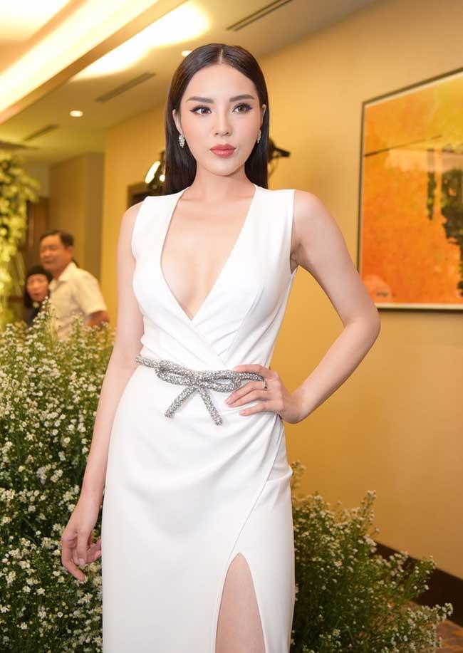 Dường như với dress code màu trắng của đám cưới cộng thêm khoảng hở cổ sâu, Kỳ Duyên không muốn gây chú ý cũng khó mà thoát khỏi soi mói.