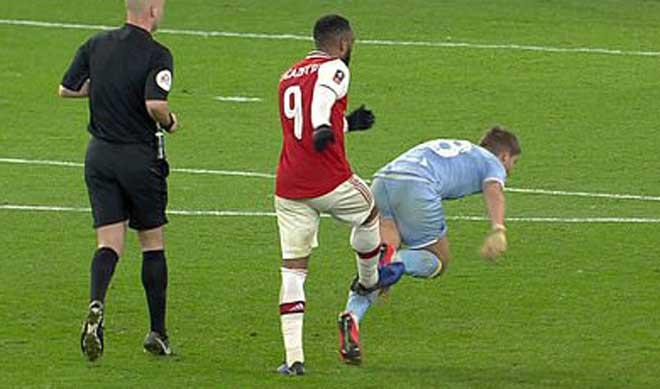 SAO Arsenal đánh người lộ liễu vẫn được tôn vinh: VAR có như không - 1