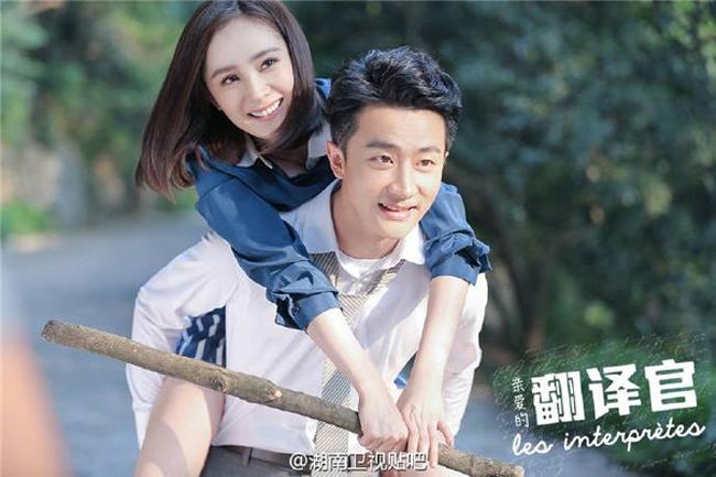 Nam diễn viên Hoàng Hiên không ít lần bị chỉ trích vì tình huống bị coi là sàm sỡDương Mịch trong phimNgười phiên dịch (2016). Bức ảnh động ghi lại cảnh nam diễn viên trong lúc cõng đã đưa tay vuốt ve đùi người đẹp sinh năm 1986 khiến Hoàng Hiên vấp nhiều chỉ trích.