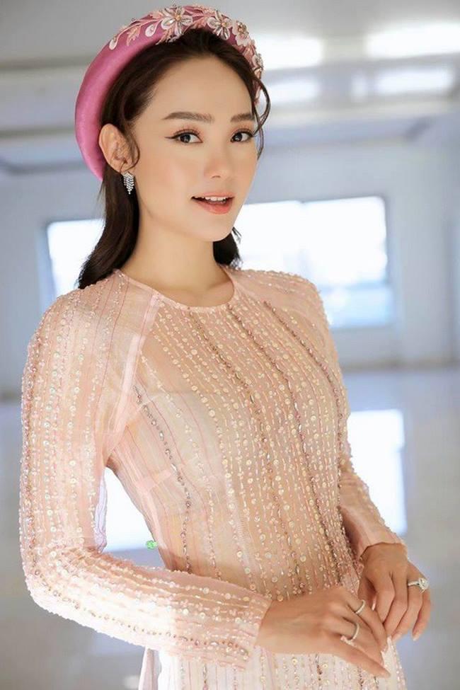 Minh Hằng có phong độ thời trang thất thường khi mới đây cô lại chọn sai nội y khi mặc với áo dài.