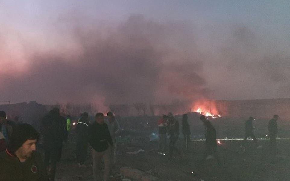 Máy bay chở gần 180 người rơi ở Iran, không ai sống sót - 1