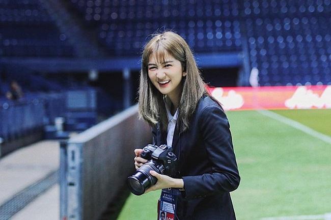 Tại vòng chung kết U23 châu Á 2020, đồng hành cùng thầy trò HLV Park Hang Seo là một cô gái xinh đẹp của nước chủ nhà Thái Lan.