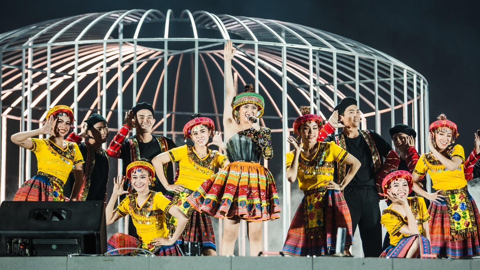 """Hoàng Thùy Linh mặc váy """"siêu ngắn"""", hát loạt hit chục triệu view trước 12.000 khán giả - 1"""