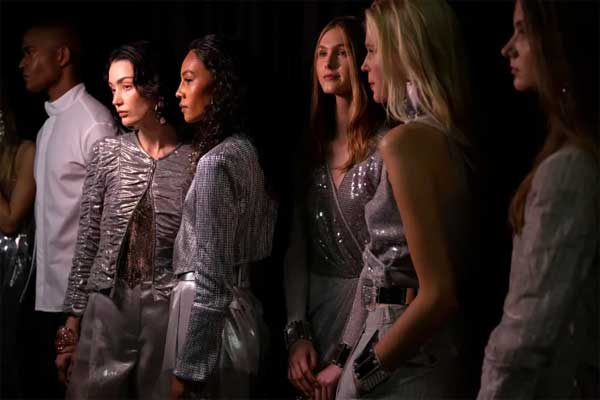 Những gợi ý set trang phục lấp lánh ánh sao hợp dịp lễ tết - 1