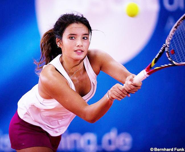 Còn đây là tay vợt Philippines - Katharina Lehnert. Cô được bình chọn là 1 trong 10 vận động viên gợi cảm nhất Sea Games 28. Cô sở hữu làn da khỏe khoắn cùng thân hình gợi cảm, đặc biệt là cơ bụng săn chắc, nổi múi rõ rệt.