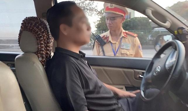 Bị thổi nồng độ cồn, tài xế cố thủ trong xe ôtô 3 giờ và liên tục uống nước - 1