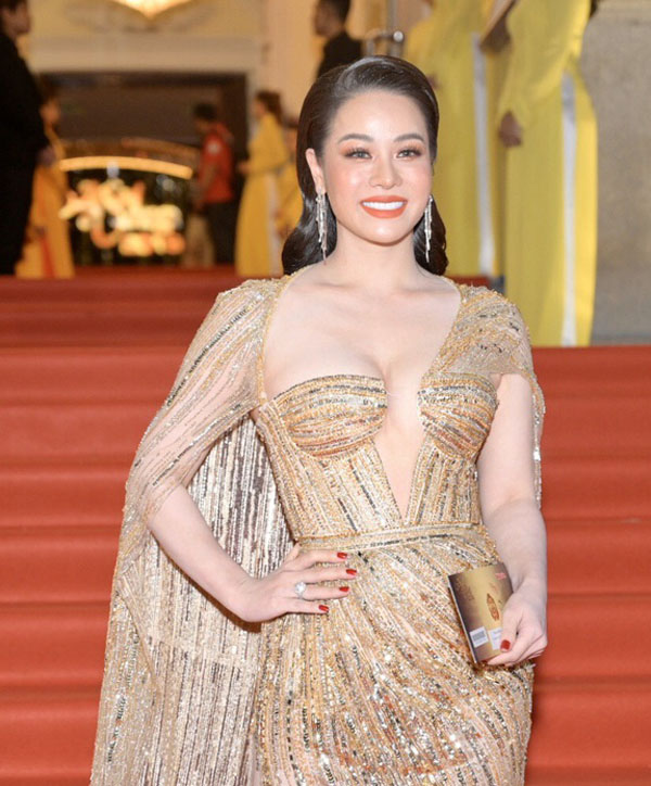 """""""Nàng hầu"""" Nhật Kim Anh ham mặc o ép, khiến chiếc váy như sắp bung - 1"""
