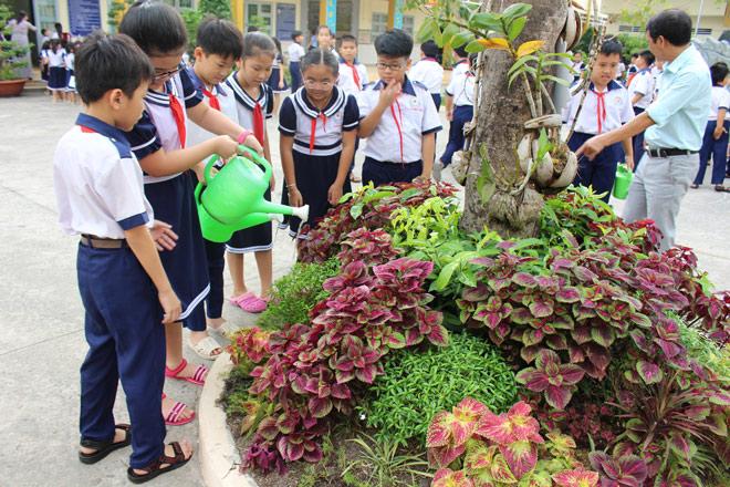 """Hàng ngàn học sinh tham gia phong trào """"Góc Xanh Học Đường"""" trồng cây phủ xanh sân trường - 1"""