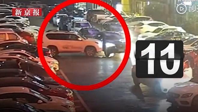 Gái trẻ lái ô tô bị chặn đầu, điên tiết đâm 11 lần húc bay xe đối thủ - 1