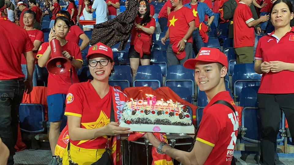Cả sân vận động bất ngờ khi người mẫu Việt lọt vào camera trận mở màn U23 VN - 1