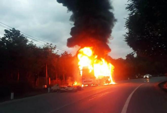 Xe khách giường nằm bị nổ lốp, cháy rụi trên Quốc lộ 20 - 1
