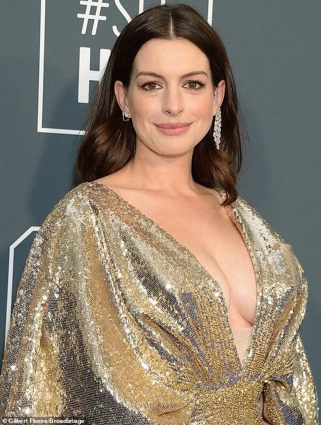 Anne Hathaway diện váy Versace xẻ sâu trên thảm đỏ Critics' Choice Awards 2020 - 1