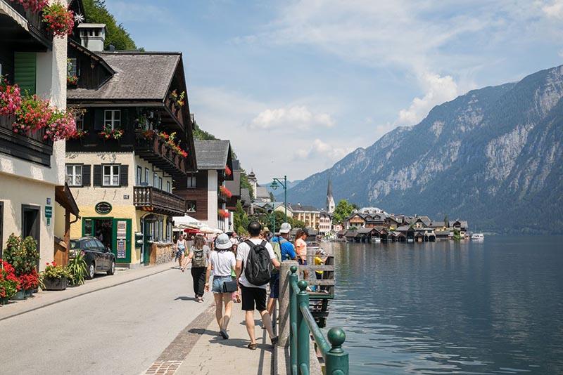 Vì sao ngôi làng đẹp nhất thế giới mong du khách đừng đến - 7
