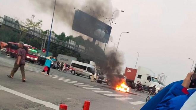 CLIP: 1 xe bốc cháy, cao tốc TP HCM - Long Thành - Dầu Giây kẹt kinh hoàng - 1