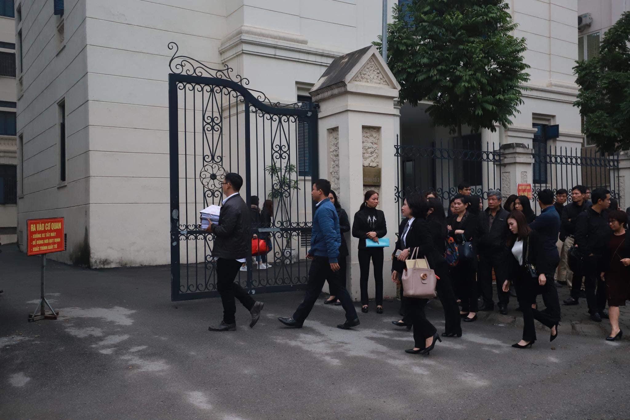 Xét xử vụ Gateway: Bà Nguyễn Bích Quy bịt kín mặt khi đến tòa - 1