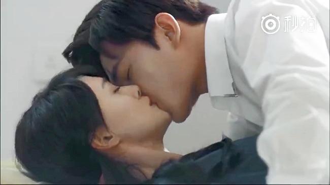 """Trong """"Yêu em từ cái nhìn đầu tiên"""", Trịnh Sảng và Dương Dương có vô số cảnh hôn ngọt ngào. Ấn tượng nhất phải kế tới cảnh mỹ nam hôn Trịnh Sảng trên nền nhà."""