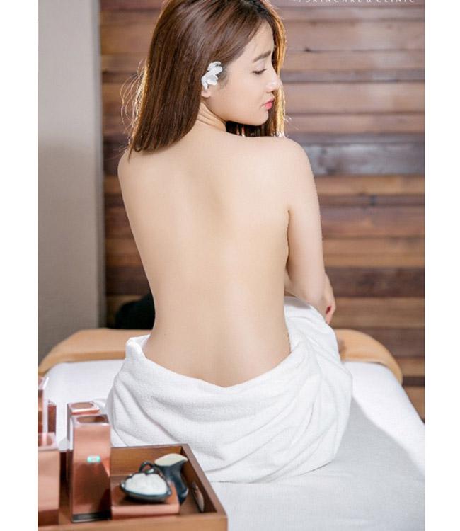 Ngoài Minh Hằng, Nhã Phương cũng từng gây chú ý khi khoe ảnh bán nude. Cô nổi tiếng ngoan hiền, mặc kín đáo từ trước tới nay nên việc này mới khiến fan bất ngờ.