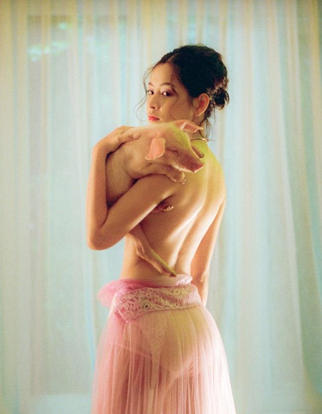 """Chi Pu cũng nằm trong số mỹ nhân Việt """"gây bão"""" khi tung ảnh bán nude. Bởi trước khi ca hát cô nàng khá trung thành với hình ái gái ngoan, ăn mặc gợi cảm có chừng mực."""