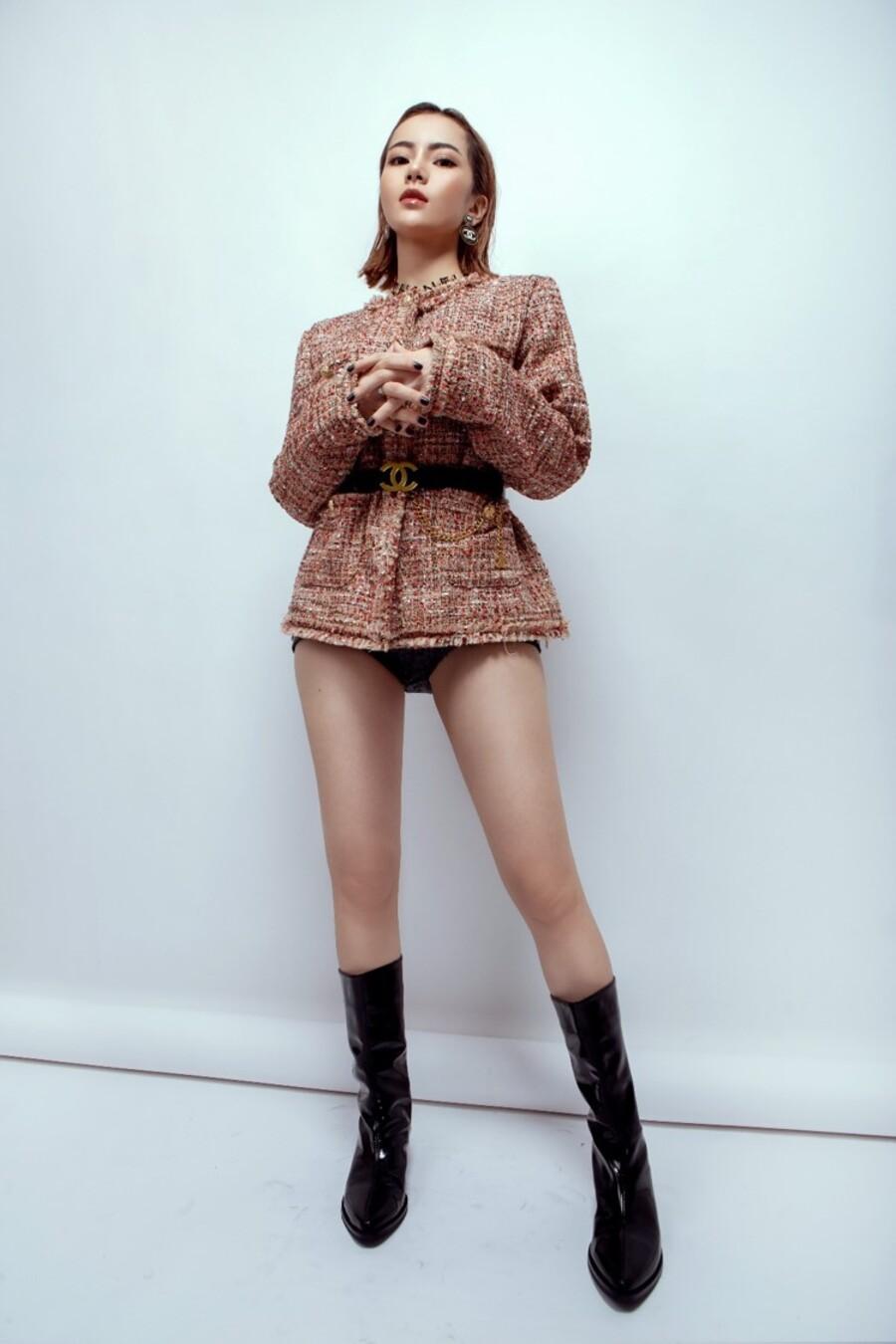 """Nữ ca sĩ bị chỉ trích tạo dáng phản cảm trên sóng truyền hình bất ngờ mặc """"kín bưng"""" - 8"""