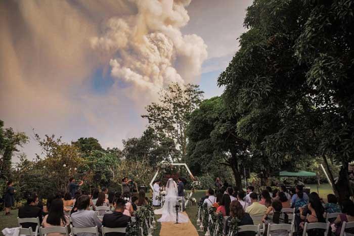 Hú hồn đám cưới cách núi lửa đang phun trào 20km - 1