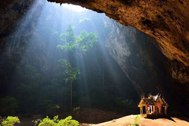 Hang Phyara Nakhon, Thái Lan: Hang Phraya Nakhon, nằm trong công viên quốc gia Khao Sam Roi Yot, ở đây có một ngôi đền tuyệt đẹp nép mình bên trong một hang động, được bao quanh bởi thảm thực vật tươi tốt với giếng trời tự nhiên vô cùng ấn tượng.