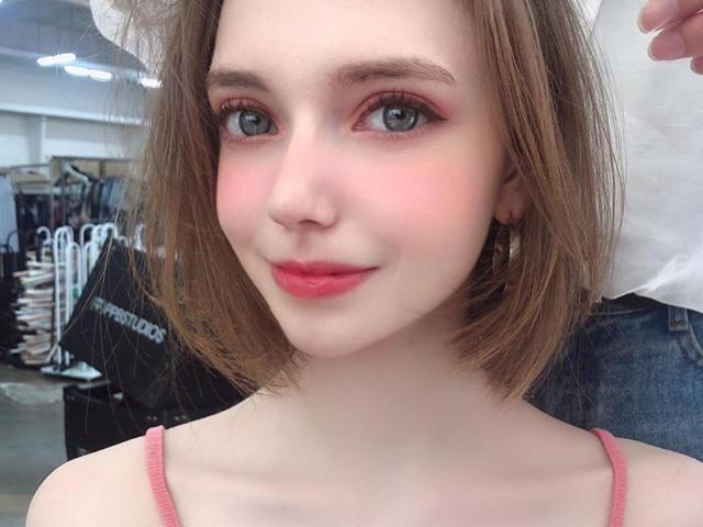 Ngắm mẫu nữ 9X với khuôn mặt trẻ thơ như búp bê